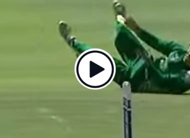 Watch: Blinded while rolling over, AB de Villiers hits the bull's eye to run Simon Katich out