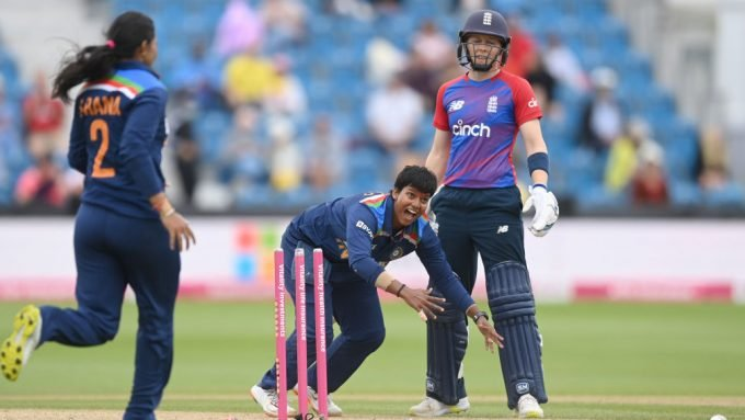 'Is that not obstruction?' - Heather Knight impeded in bizarre, controversial run out